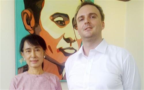 Andy Hall en compagnie d'Aung San Suu Kyi